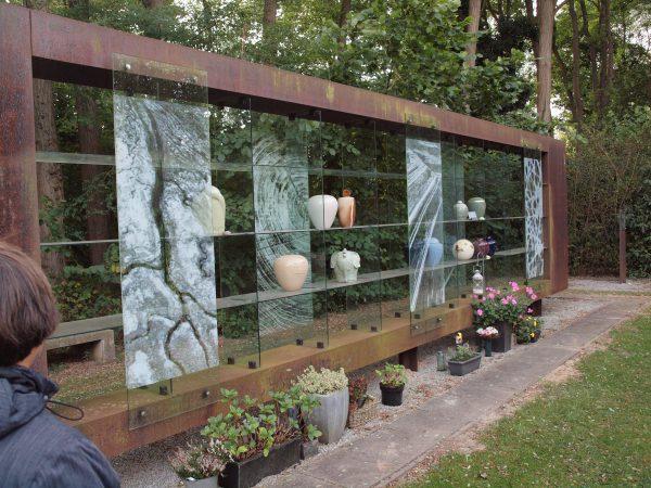 Urnenwand op begraafplaats Orthen in Den Bosch
