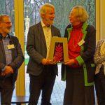 Op de foto van rechts naar links: Angèle Roeffen (vicevoorzitter stichting Ter Navolging), Christa Tydeman (voorzitter Ter Navolging), Bert Lever (voorzitter stichting Terebinth) en Pierre van der Schaaf (secretaris Ter Navolging).